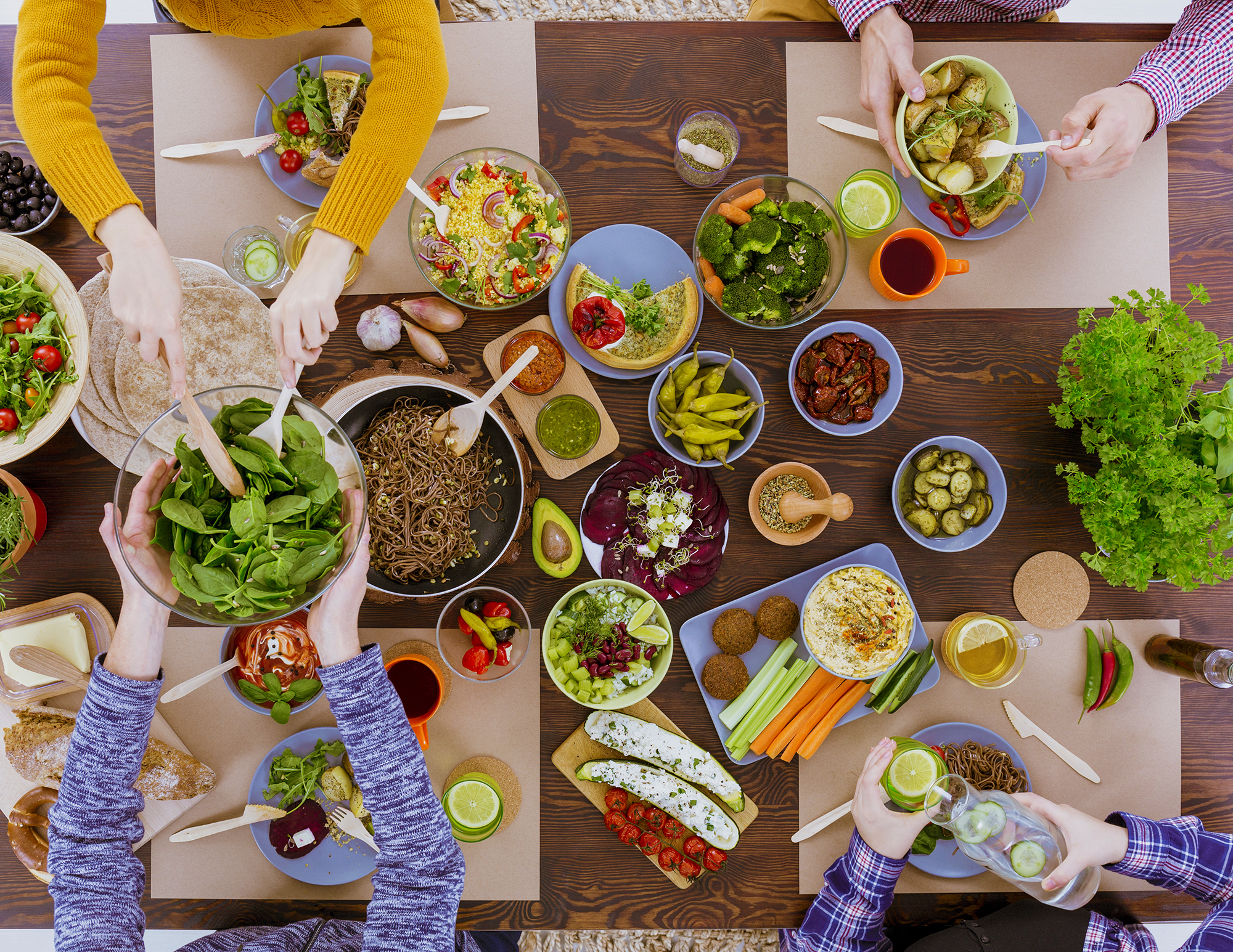 Vegetarisch eten met plantaardige eiwitten aan tafel
